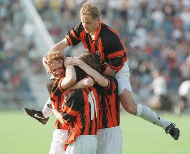 Obhajoba majstrovského titulu vroku 1998. Radosť vpodaní hráčov 1. FC Košice. Zľava I. Kozák, Zvara, Kožlej, nad nimi M. Sovič.