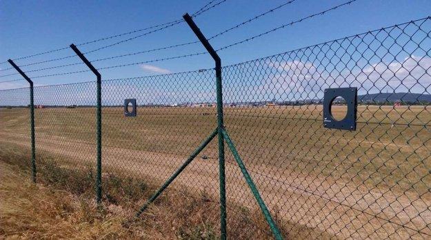 Priezory v plote bratislavského letiska.