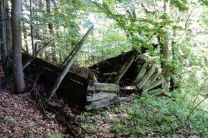 Cestou hore sme míňali aj tento schátraný partizánsky bunker.