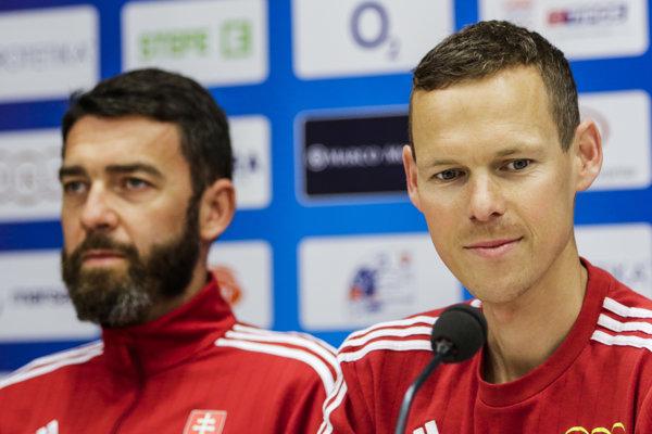 Na snímke zľava Matej Spišiak, tréner Mateja Tótha, a olympijský víťaz v chôdzi Matej Tóth počas tlačovej konferencie.