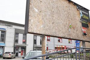 Majiteľ tohto bilbordu tvrdí, že povolenie na stavbu má.