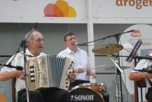Na bicie hrá a spieva primátor Senice Branislav Grimm