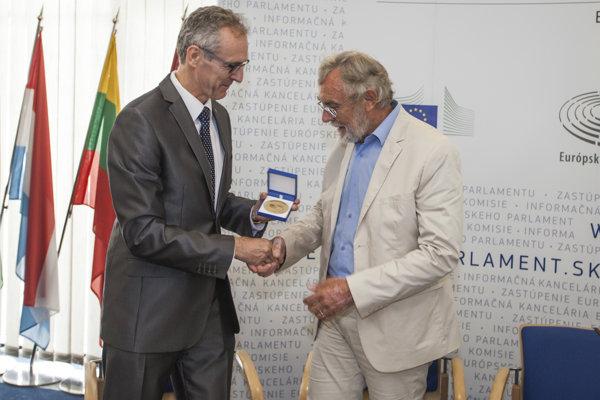 Na snímke zľava europoslanec Ivan Štefanec odovzdáva Cenu európskeho občana blogerovi Jánovi Benčíkovi v Bratislave 10. júla 2017.