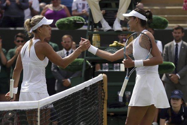 Angelique Kerberová (vľavo) nestačila v osemfinále Wimbledonu na Garbine Muguruzovú-Blancovú.