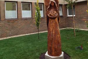 Dominantou  parku je drevená 2,5 metrová socha anjela Gabriela, ktorá drží v rukách dieťatko.
