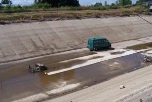 Po dne kanála teraz jazdia opravárske autá.