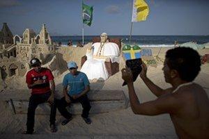 Brazílčania sa chystajú na omšu na známej pláži Copacabana. Prísť má až milión veriacich.
