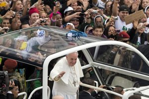 Pápeža v Brazílii sprevádzali davy všade, kde sa František v otvorenom aute ukázal.