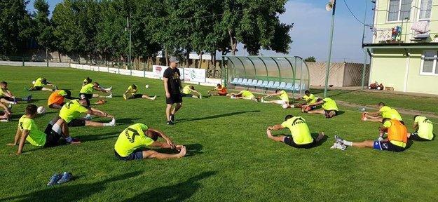 Hráči FKM počas tréningu na štadióne vo Dvoroch nad Žitavou