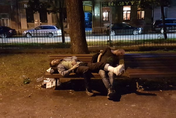 Pohodička. Týmto chlapom odpočinok prospel, nik ich nepokutoval.