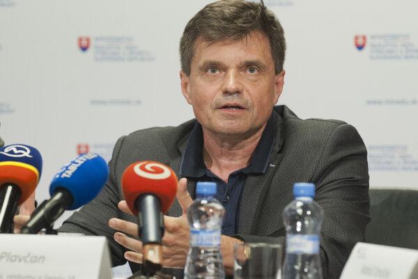 Minister školstva Peter Plavčan na tlačovej konferencii po skončení rokovania s rektormi.
