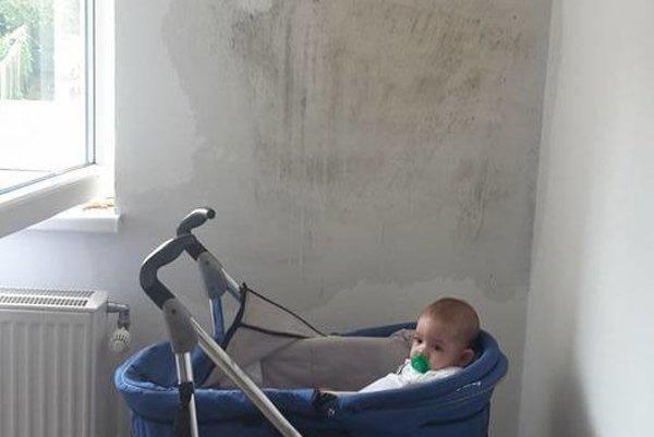 Vlhké a plesnivé steny. Deťom to na zdraví určite nepridá, hovorí obyvateľka.