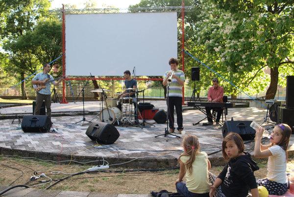 Pódium v Zechenterovej záhrade.