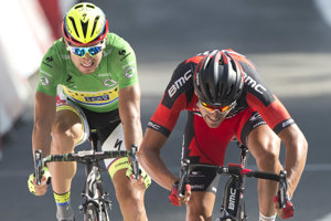 Greg Van Avermaet (vpravo) zdoláva Petra Sagana v trinástej etape na Tour de France 2015.