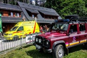 Po ošetrení odovzdali zraneného muža na parkovisku v Dedovke posádke RZP.