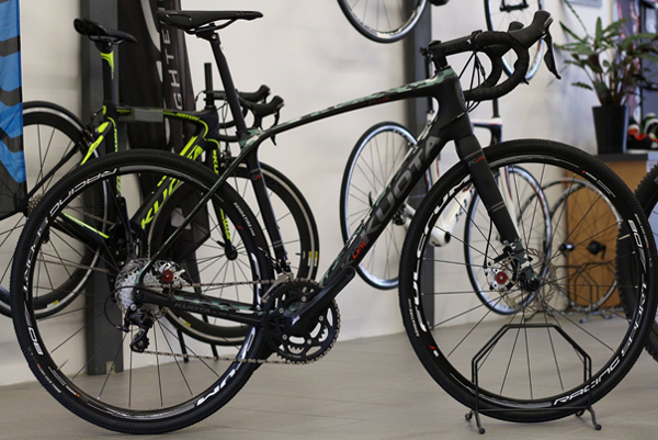 Zlodej ukradol jeden pánsky a jeden dámsky bicykel. (zdroj: Polícia)