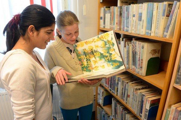 Žiaci v knižniciach hľadajú diela, ktoré im odporúčajú učitelia.
