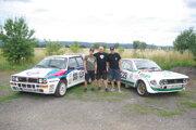 Motoristická rodina Beníkovcov so svojimi pretekárskymi vozidlami. Zľava Tomáš Beník, Marcel Beník st., Marcel Beník ml.