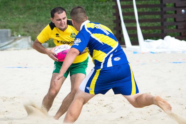 Žilinčan Michal Kolárik (v žltom) bránený protihráčom.