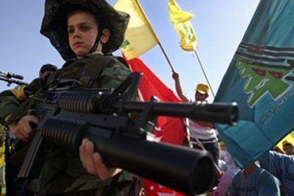 Libanonský chlapec na demonštrácii Hizballáhu.