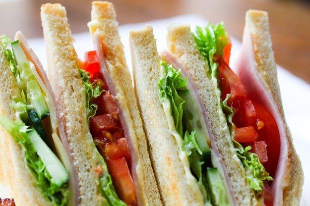 Stravu počas cestovania je lepšie si rozdeliť na častejšie menšie porcie, vhodný je napríklad sendvič.