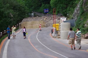 Spadnutá časť brala pod hradom Strečno na hlavnej ceste I/18.