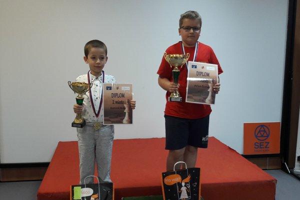 Adam Šustek (vpravo) sa radoval z víťazstva v kategórii do 11 rokov.