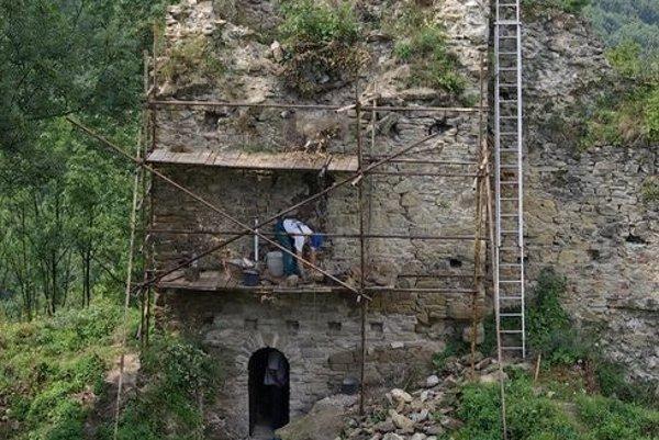 Po niekoľkých rokoch obnovy pamiatka celkom mení svoju tvár. Vidieť to na prvý pohľad aj z diaľky, jasne sa rysujú kontúry múrov.