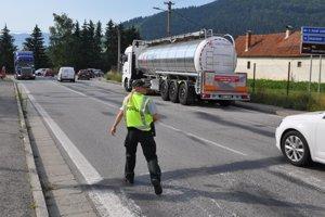 Policajtka uteká zastaviť kamión.