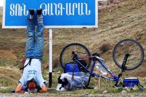 Sawang cestuje na bicykli. Je to spôsob, ktorý je voči prírode šetrnejší.