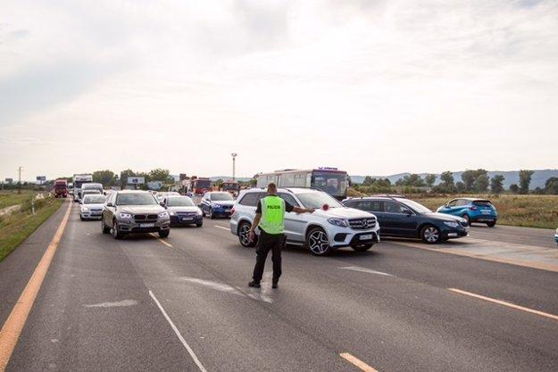 Polícia odkláňa dopravu po nehode na D1.