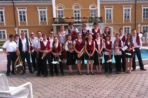 Orchester, ktorý tvorí viac ako 20 mladých hudobníkov, bude hrať na terase pred Mestským kultúrnym strediskom.