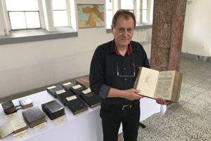 Milan Šurman sjednou zvystavených Biblií.