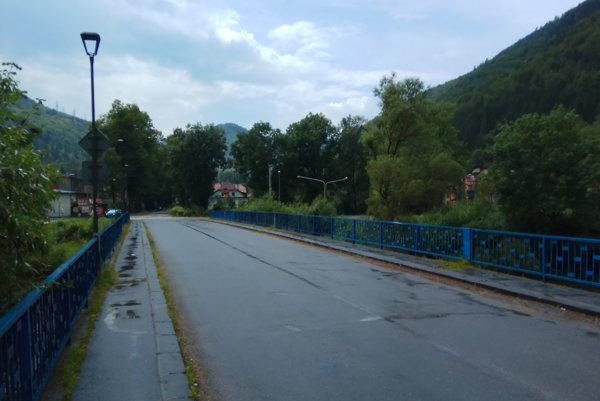 Dolnoliptovské obce spája s cestnou sieťou jediný most. Ten vyúsťuje na frekventovanej hlavnej ceste I/18 v Ľubochni.