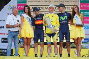 Podobne ako na Tour de France, aj líder celkovej klasifikácie na Okolo Poľska sa oblieka do žltého dresu. Tak ako na snímke z edície 2014 domáci Rafal Majka (tretí sprava).
