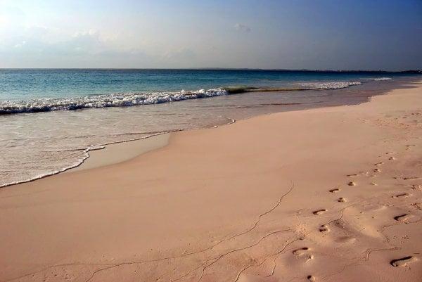 Ružový piesok možno nájsť na Bahamách, ale aj na Kréte.