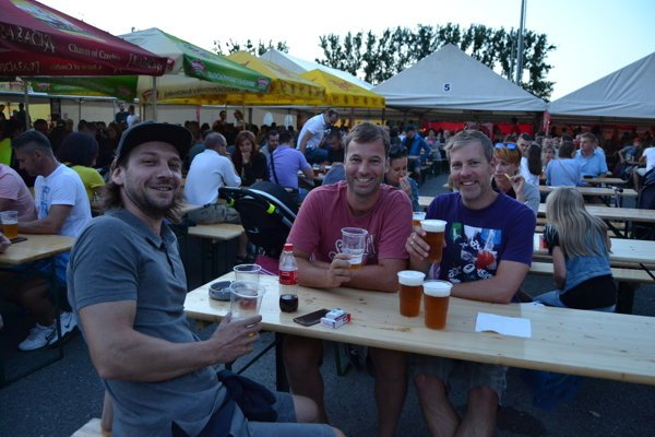 Na pivnom festivale sa stretá množstvo ľudí.