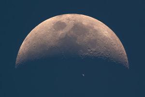Prechod Medzinárodnej vesmírnej stanice popred Mesiac počas dňa.
