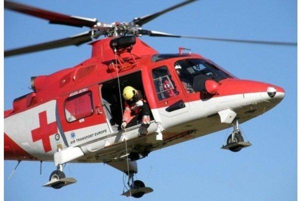 Záchranársky vrtuľník previezol muža do nemocnice v Nových Zámkoch.