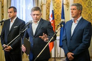 Vládna trojkoalícia na čele s Robertom Ficom (v strede) a Andrejom Danko a Bélom Bugárom (zľava).