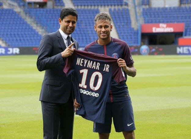 Neymar (vpravo) a šéf PSG Nasser Al-Khelaifi.