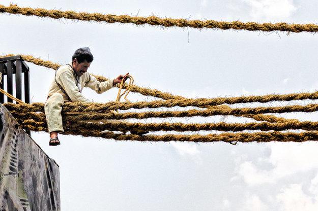 Výroba mostu Q'eswachaka trvá niekoľko týždnov. Laná sú upletené z miestneho druhu trávy.