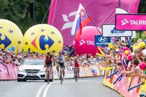 Peter Sagan (v strede) prichádza do cieľa záverečnej siedmej etapy.