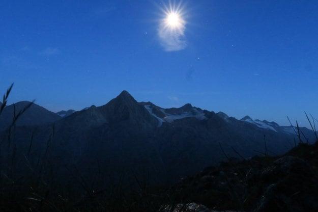 Do noci meditujeme pred chatou na lavičke. Mesiac osvecoval okolie.