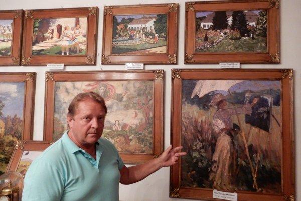 Zakladateľ múzea Jaroslav Krajňák pri pri dielach spisovateľky a insitnej maliarky Anny Lesznai v múzeu.