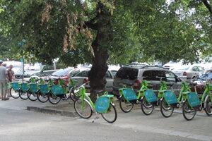 Stanovisko bicyklov v parku.