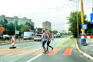 Provizórny priechod pre chodcov. Z jednej strany Triedy SNP na druhú pri križovatke s Toryskou musia chodci využiť provizórne priechody pre chodcov. Jeden je hneď pri autobusovej zastávke a koľajovom prejazde pre autobusy (v týchto miestach budú mať od nedele konečnú aj električky).