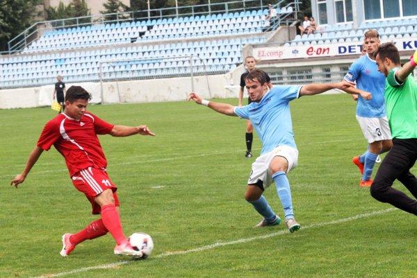 Na snímke Ewerton z tímu ViOn B Vráble proti zadným radom FC Nitra jun. (Gužík, Galko, Šípoš).