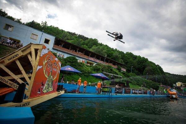 Na snímke freeskier skáče do vody počas prvého ročníka zábavno-športovej akcie Letný Big Air v meste.