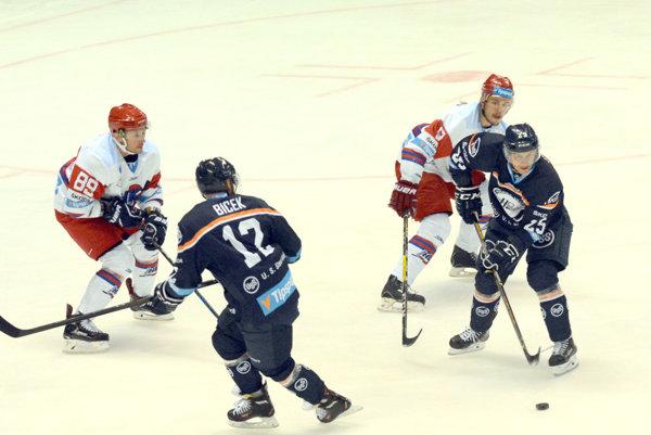 Zatiaľ sa im vjednej formácii darí. R. Jenčík (vpravo) spolu sJ. Bicekom aJ. Sujom zlepšujú zohratosť každým zápasom.